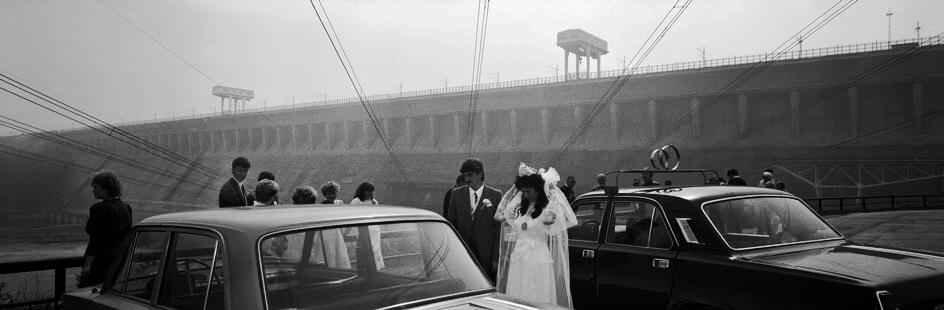 1989 год. В те времена молодожены по традиции приезжали на Братскую ГЭС, чтобы начать семейный путь с места, давшего жизнь городу