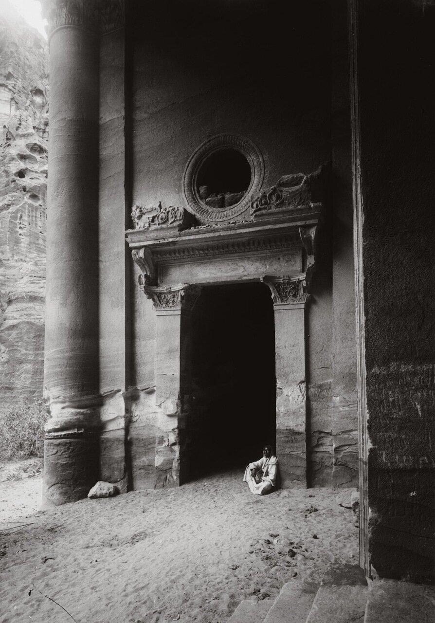 Боковые двери Эль-Хазне. Петра Трансиордания. 1900-1920 гг.