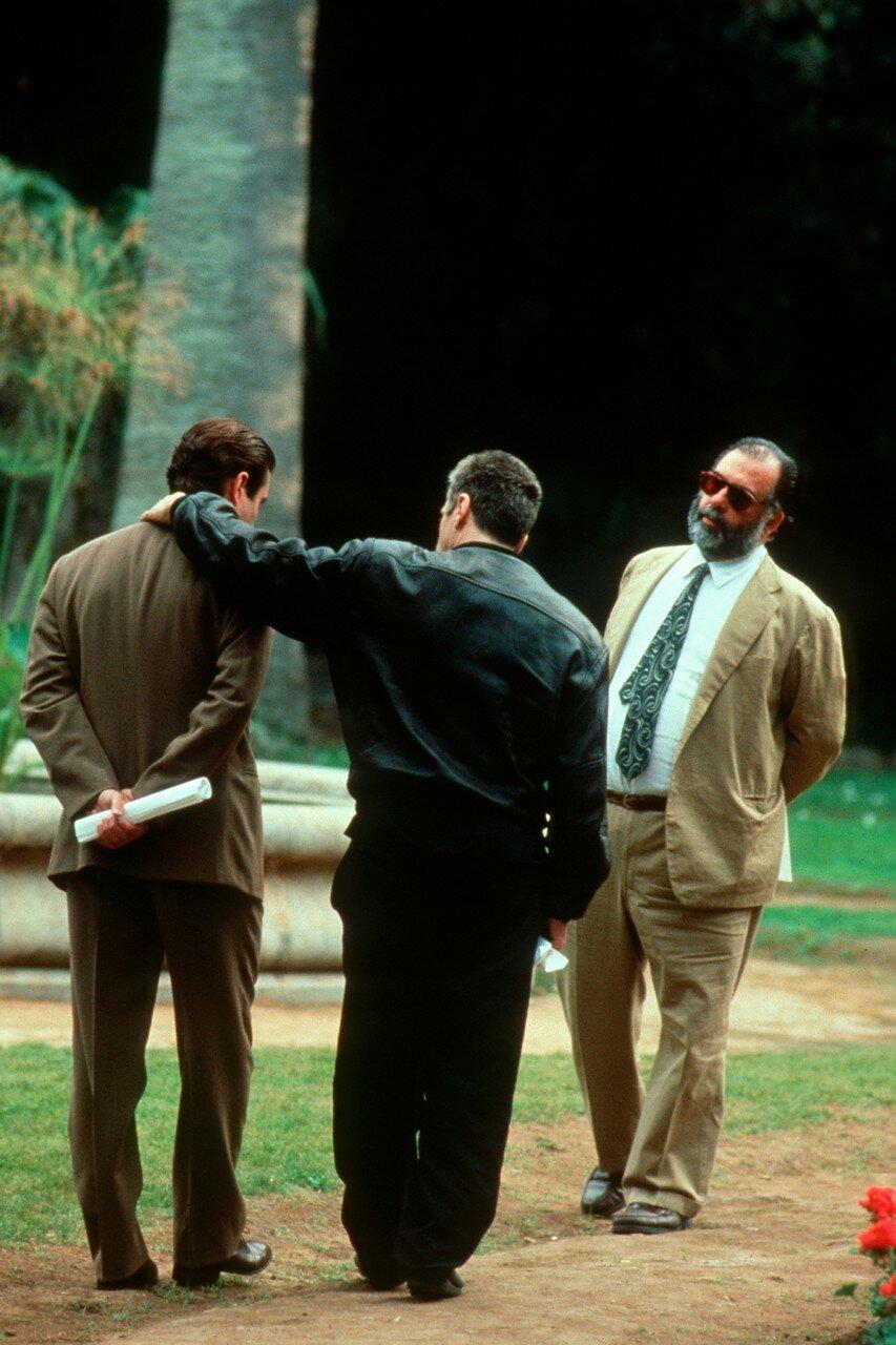1990. Пачино дружески обнимает Энди Гарсиа на съемках «Крёстного отца 3»