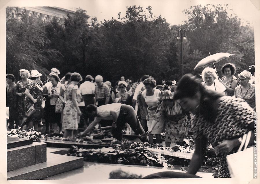 Волгоград фото 1965 год возложение венка на могилу воинов, погибших в боях за Сталинград