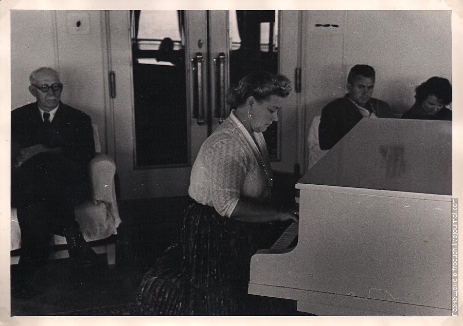1965 год туристы в музыкальном салоне теплохода