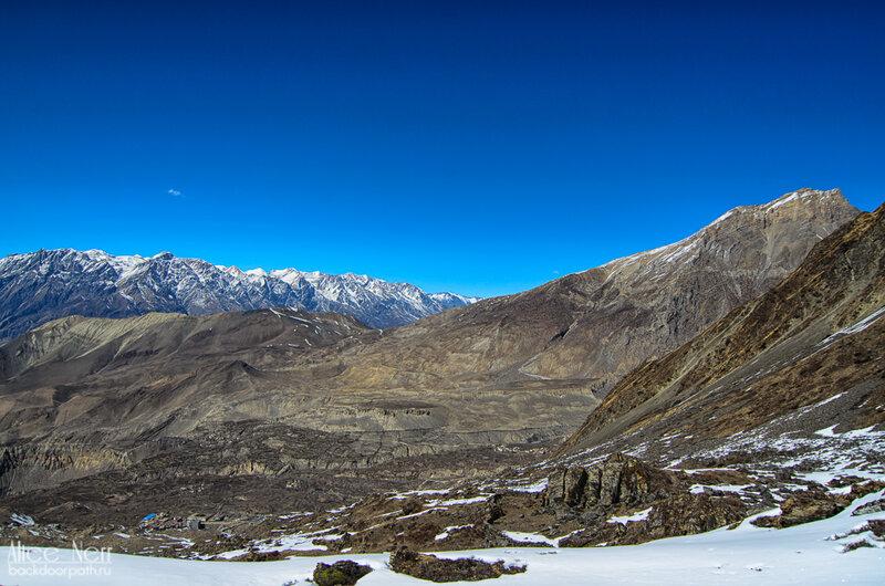 На крайнюю правую гору пойдем на следующий день, чтобы увидеть Тибетское плоскогорье, а внизу Муктинатх