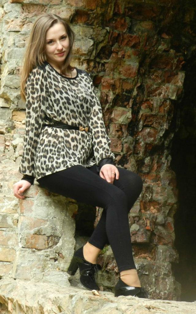 Фото красотки в леопардовой тунике на фоне руин