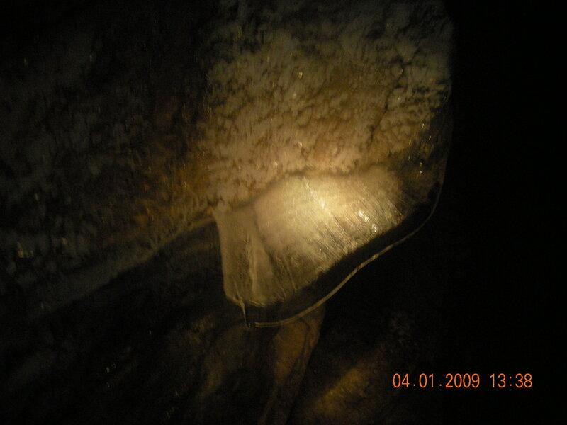 Вот такой волнообразный плоский сталактит. (25.03.2013)