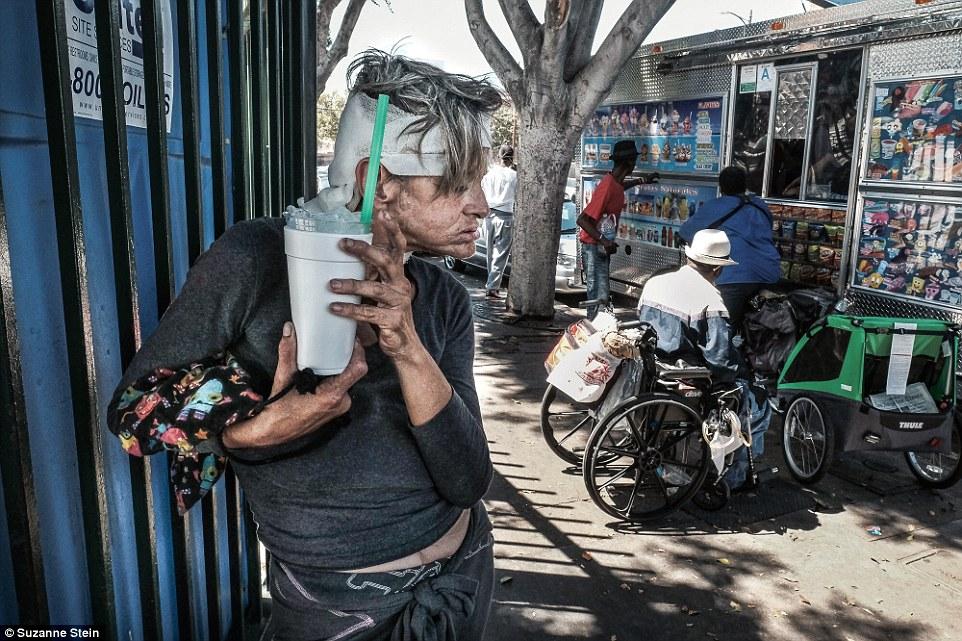 Самое сердце района Скид Роу — Шестая улица у парка Глэдис. Бездомная женщина держит стакан льда.