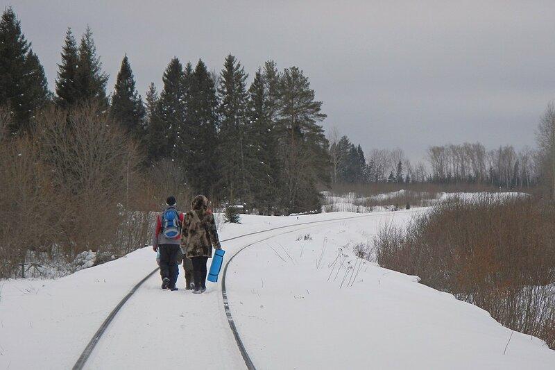 Путники на заснеженной железной дороге на Слободской