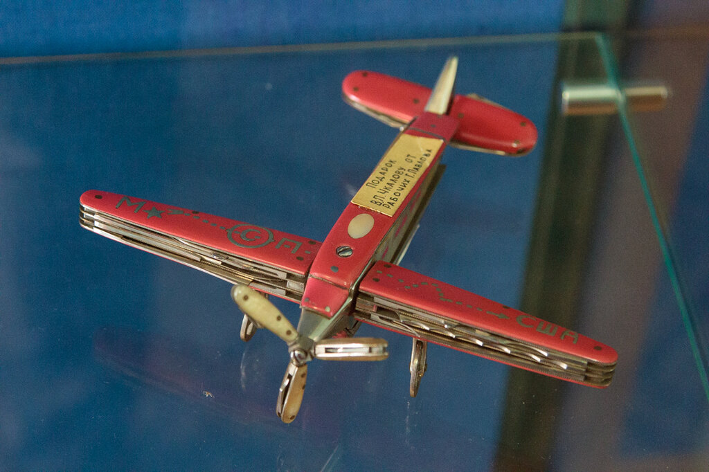 Перочинный нож в виде самолета - подарок рабочих г. Павлова