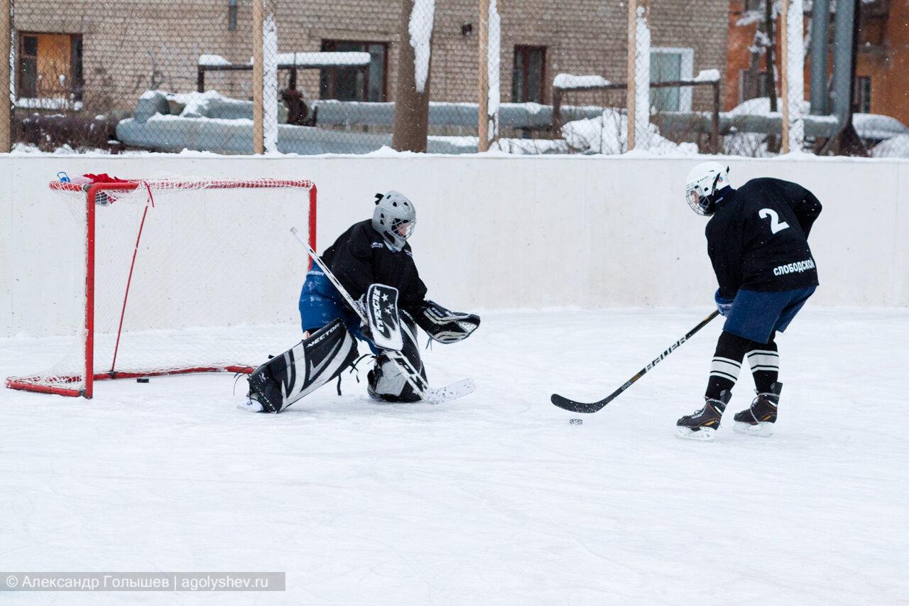 На хоккейной коробке