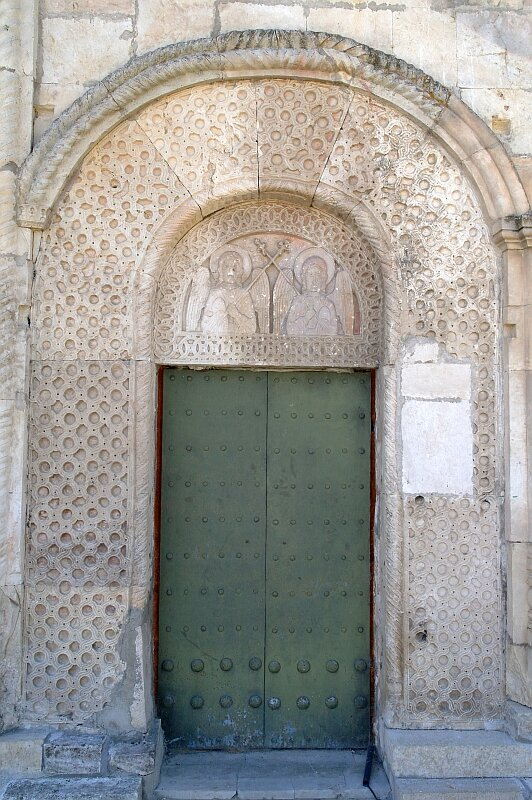 Церковь Никорцминда в Раче. Настенная резьба вокруг боковой двери в северной стене.