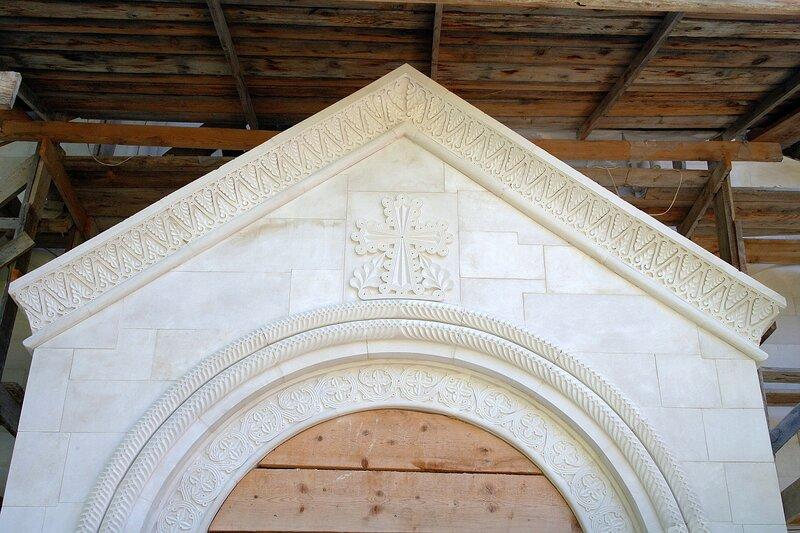 Резьба над входом в новую церковь в Амбролаури