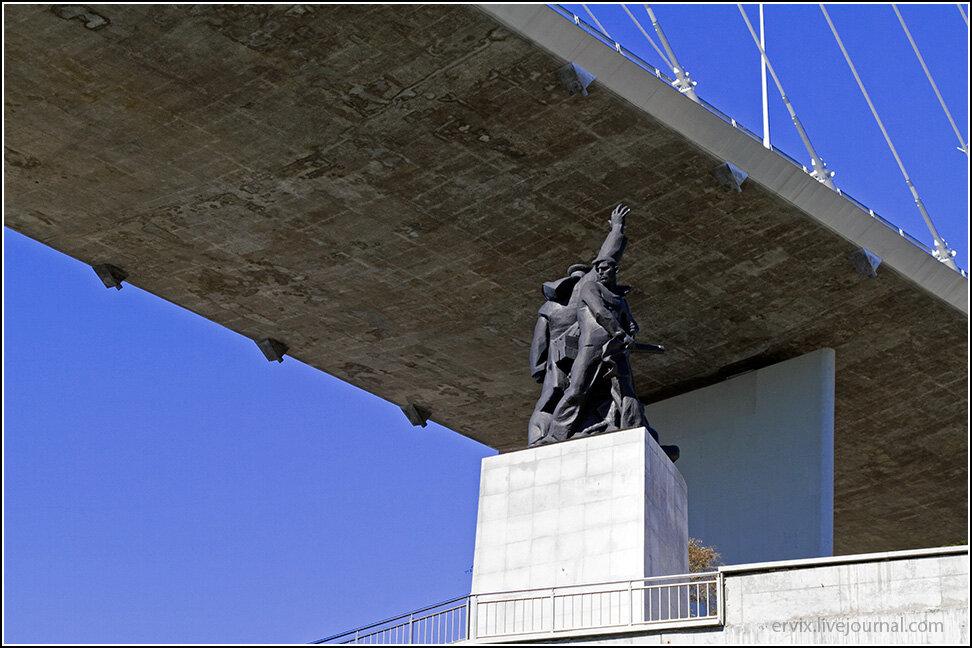 Интересно, что ради нового моста тут даже не несколько метров перенесли другую скульптурную группу моряков-героев.