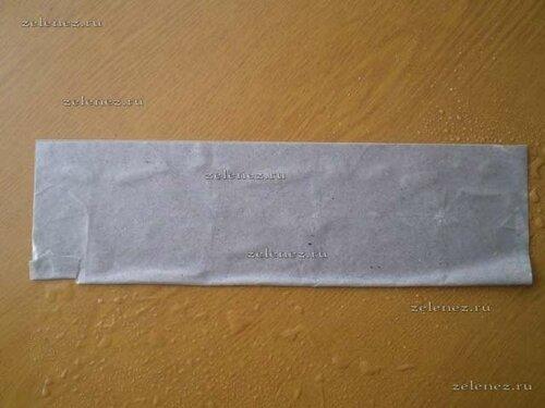 Лист бумаги складываем пополам.