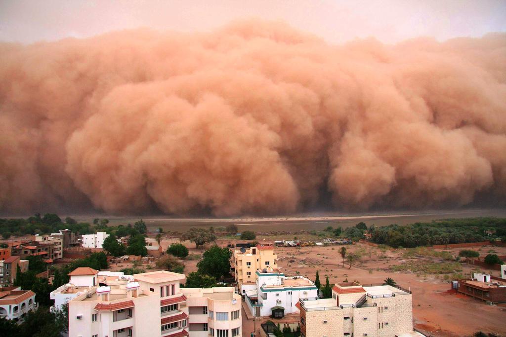 صور مدهشة لعاصفة رملية اجتاجت المحيط الهندي 0_9d491_1466a5d9_orig