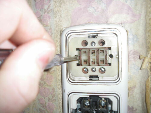 Фото 4. Снятие рамки блок-выключателя. Рамка данной модели белорусского блок-выключателя снимается аналогично рамкам выключателей шведского завода «Элио» («Eljo»).