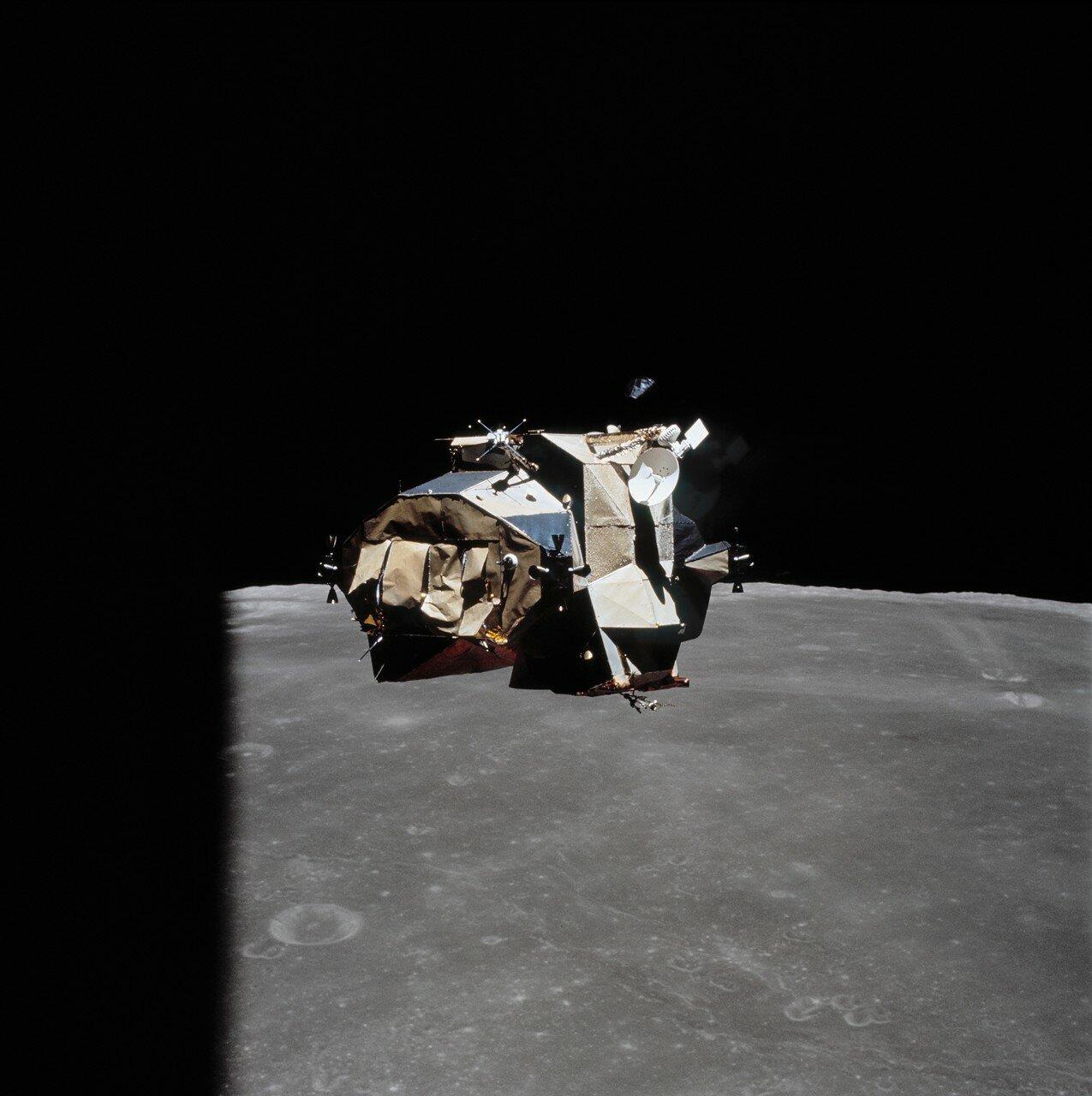 Когда корабли сблизились до расстояния в несколько десятков метров, ЦУП попросил Янга медленно повернуть «Орион» на 360° вокруг вертикальной оси с тем, чтобы Маттингли сфотографировал лунный модуль. На снимке: «Орион» поворачивается перед стыковкой