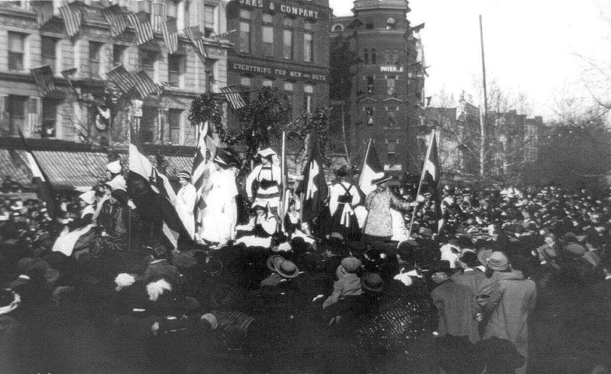 Толпа мешает проведению парада на 9-й улице в Вашингтоне, 3 марта 1913 года