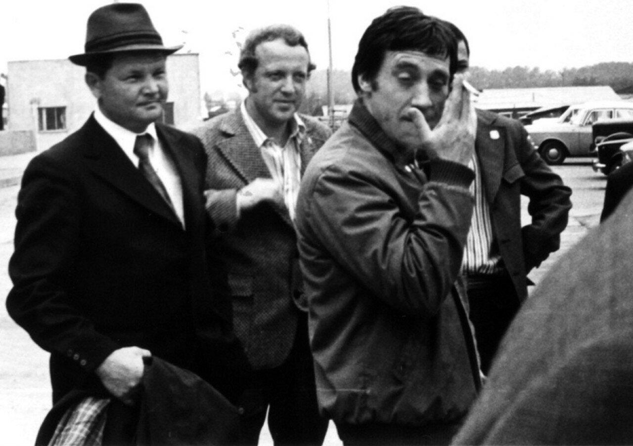 77. Владимир Высоцкий в аэропорту Иркутска. Фото Леонида Васильевича Мончинского, 21 июня 1976 года