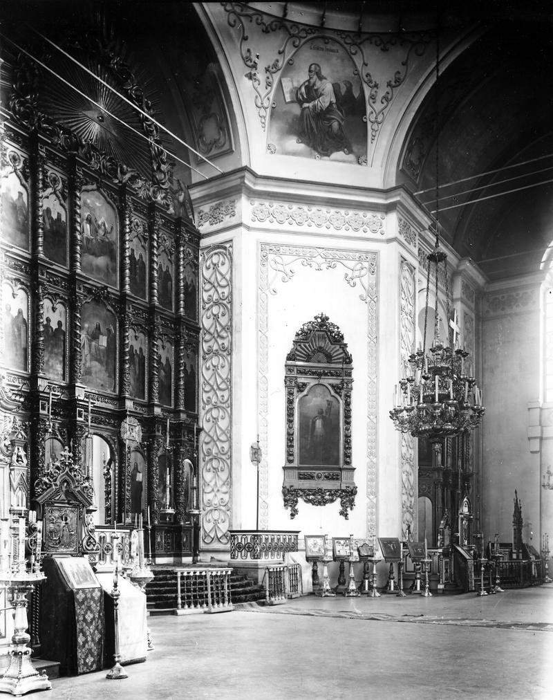 Александро-Невский собор. Центральный иконостас собора (вид слева) и правый придел