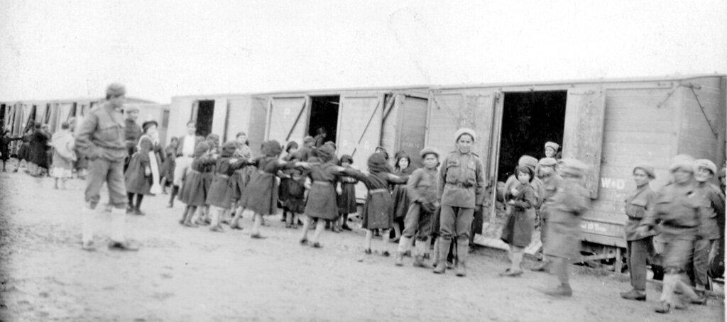 Сироты из Нар-Омара собираются сесть на поезд для отправки в детский дом в Иерусалиме, 10 февраля 1922 года