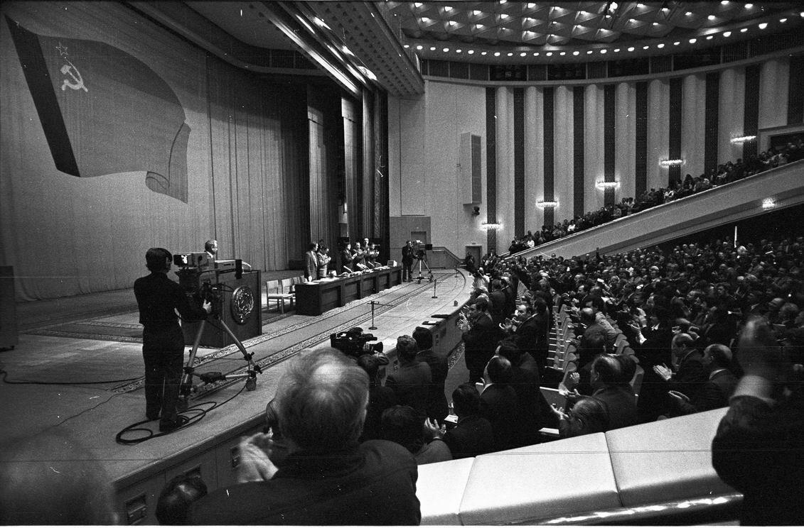 21 августа 1991. В Москве открылась чрезвычайная сессия Верховного Совета РСФСР