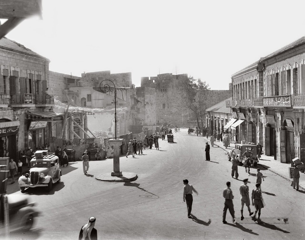 Снос построек у Яффских ворот с целью расчистить городские стены. Иерусалим. 1944 г. июль.