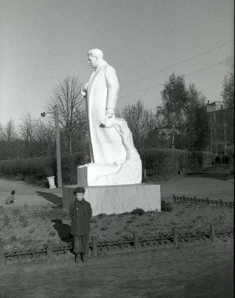 Скульптура Сталина около моторостроительного завода.