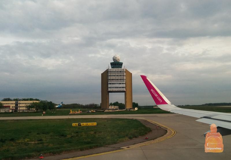 Необычное здание диспетчерской вышки в аэропорту Будапешта