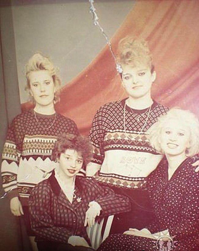 13. Девушки в свитерах «Бойс». Цепочки навыпуск — писк тех лет.