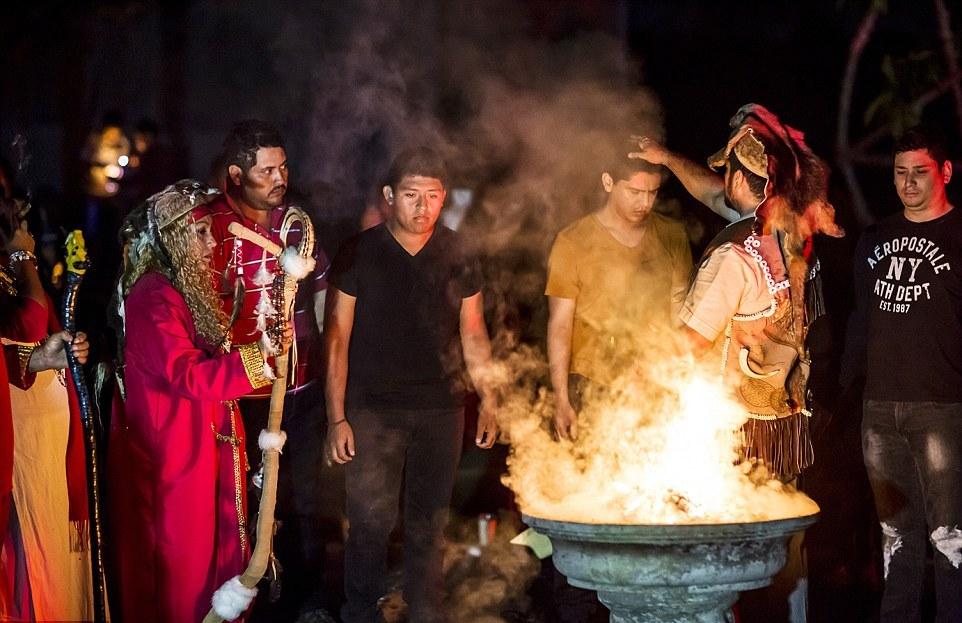 Обряд принесения клятвы: восемь шаманов подходили к каждому из молящихся, и те присягали, что от