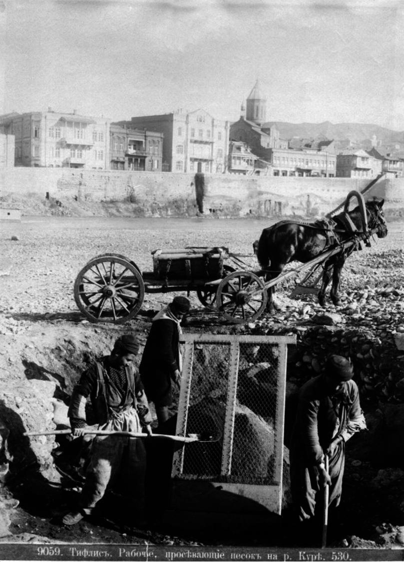 Рабочие, просеивающие песок на Куре