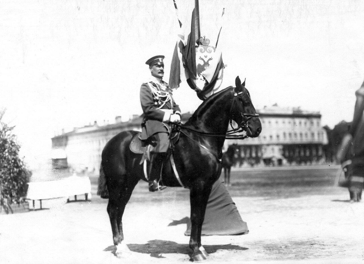 13. Офицер на коне на Марсовом поле во время смотра в день 10-летия стражи