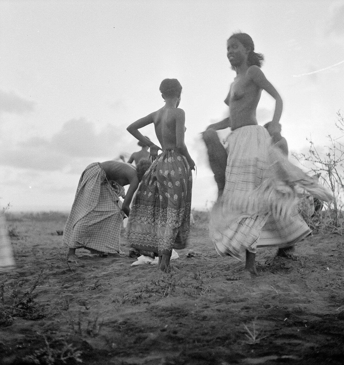 Девушки народности данакиль во время танца