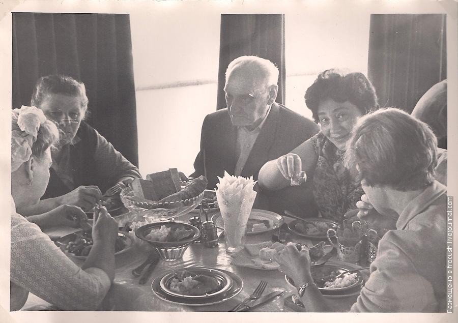 1965 год Обедают туристы первой смены питания на теплоходе
