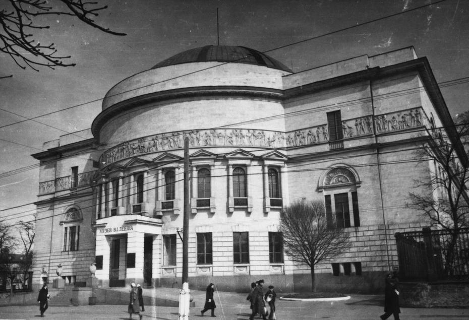 1945.04.15. Общий вид здания Центрального филиала музея В.И.Ленина на улице Владимирской, 57