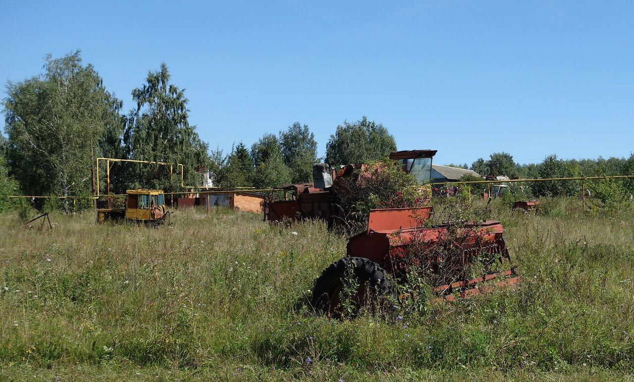 ржавеющая сельхоз-техника в селе Пирогово-1