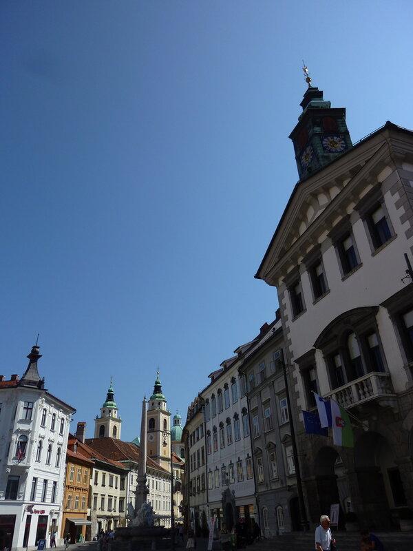 Здание ратуши на переднем плане и вид на главную улицу Старого города