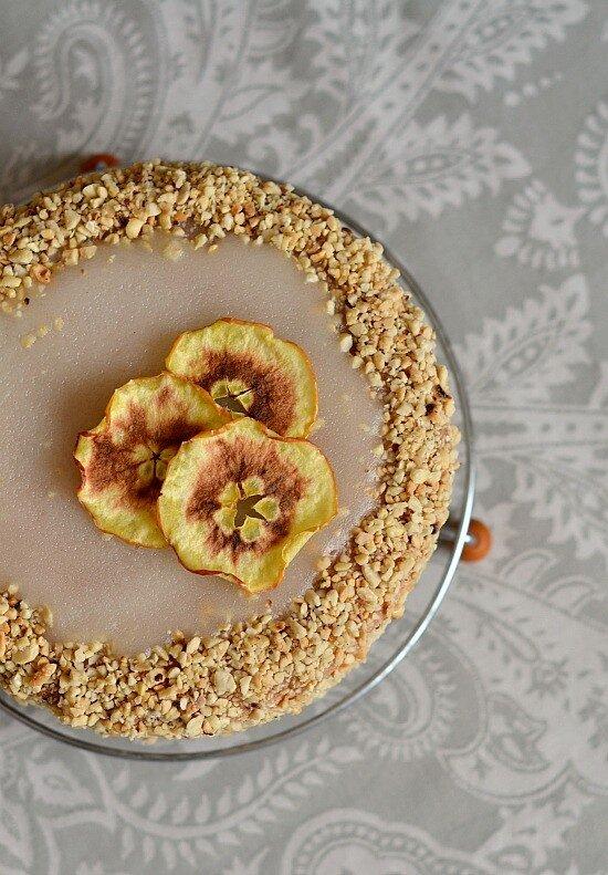 торт с ореховым кремом и яблоками