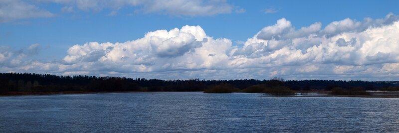 Панорама: пойменные озера и облака P4260974