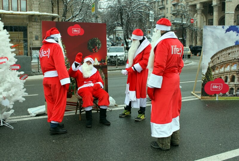 Деды Морозы рекламируют Life:)