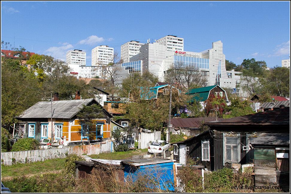Центральный район города, Фрунзенский, застроен очень эклетично, и рядом с разваливающими частными домами тут можно видеть позднесоветские многоэтажки и современные торговые центры.