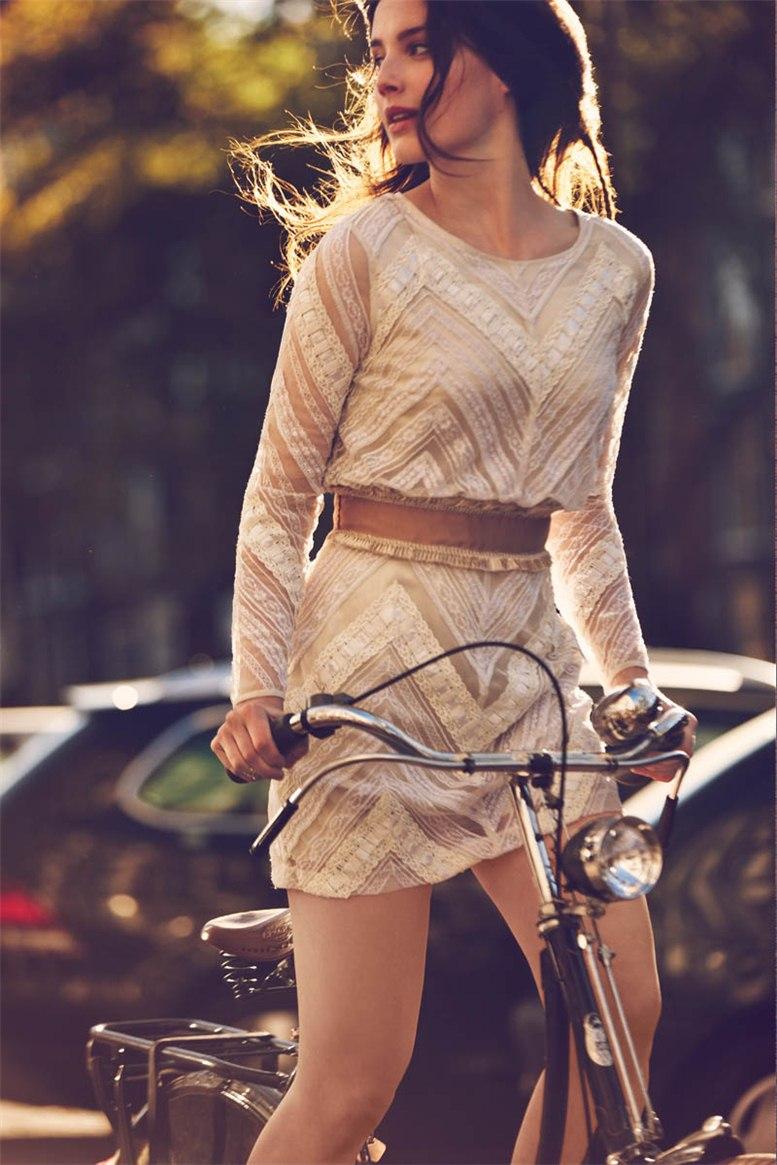 Девушки на велосипедах в каталоге одежды Free People, январь 2013