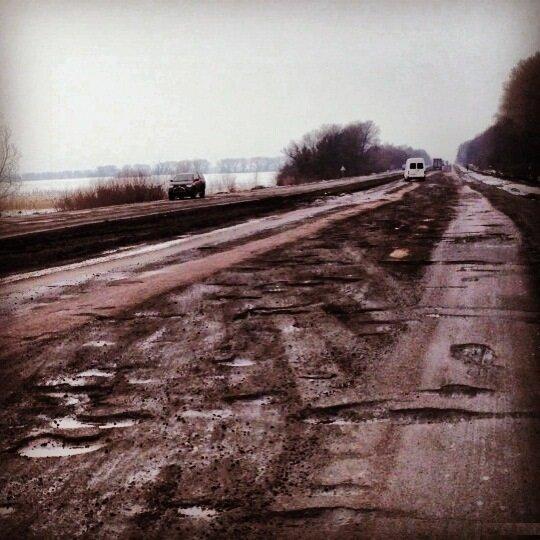 То не дірки в асфальті, то дихає плодоносний Український чорнозем Трасса М21, Украина.