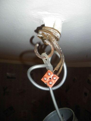 Фото 7. Под колпаком подвеса обнаруживается добротный позднесталинский крюк. Подвес присоединён к стационарной проводке с помощью винтового клеммника с контактными площадками. Изоляция одного из стационарных проводов снята неверно - с явным избытком.
