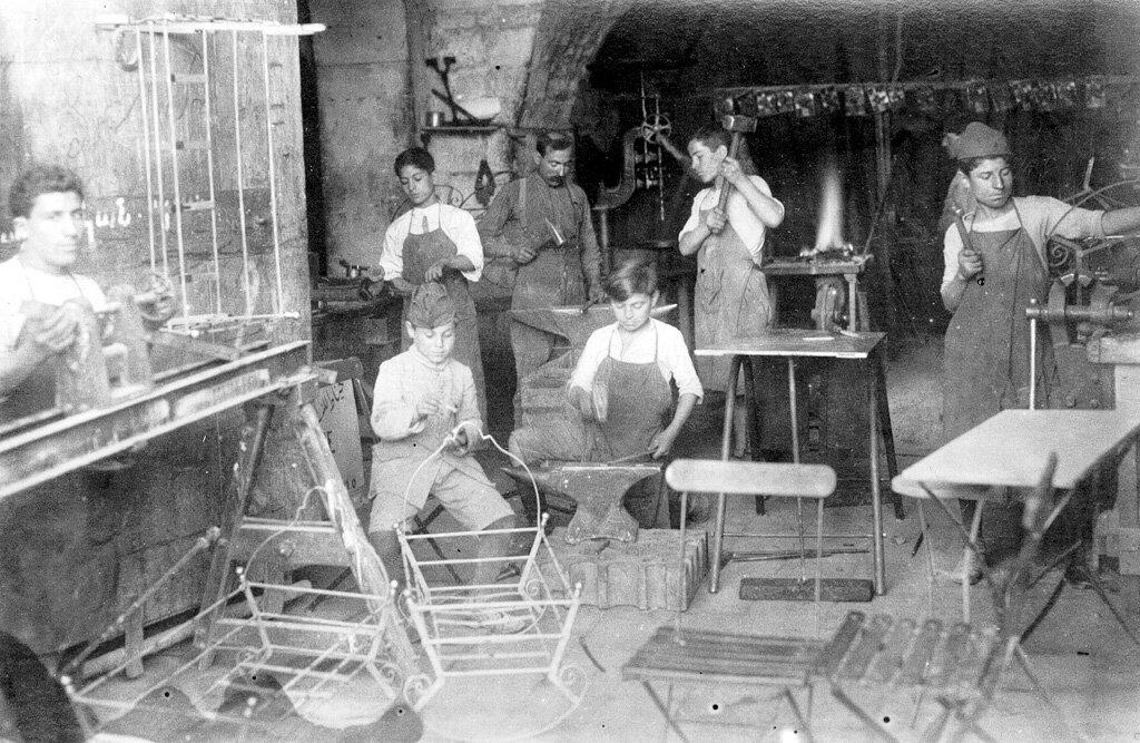 Ученики сапожника и жестянщики в армянском детском доме Алеппо в 1923 году