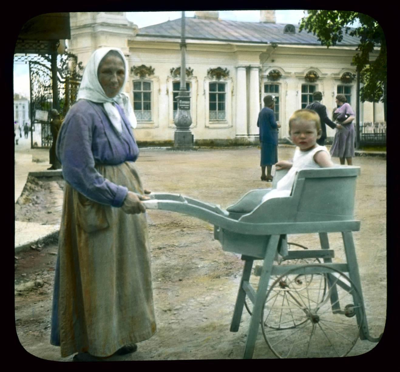 Пушкин (Царское Село). Екатерининский дворец: старая женщина с ребенком в коляске