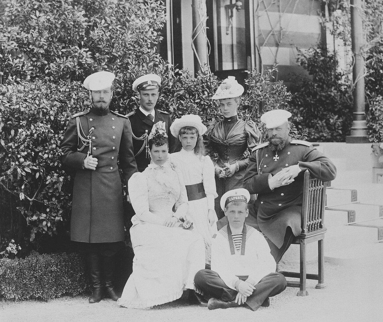 Царевич Николай, великий князь Георгий, императрица Мария Федоровна, великая княгиня Ольга, великая княгиня Ксения, великий князь Михаил Александрович и Александр III. Ливадия, 1892