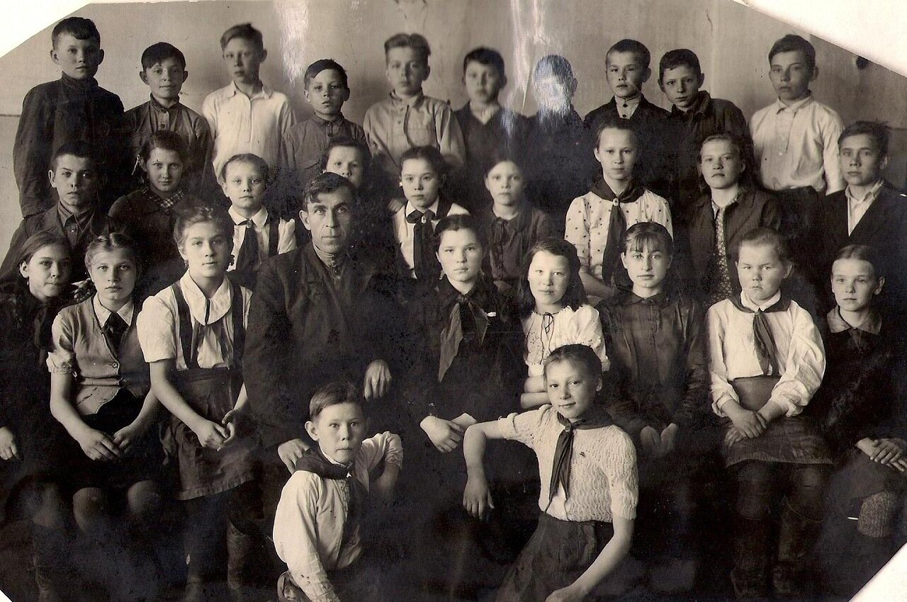 1947 год. Пионеры 6 класса с классным руководителем