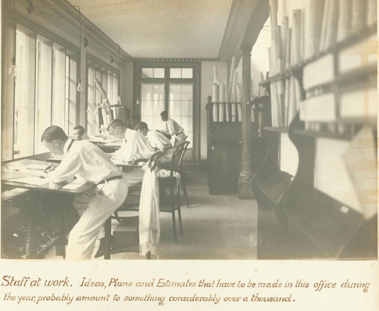 Британские специалисты в чертежном бюро, ок. 1893 года