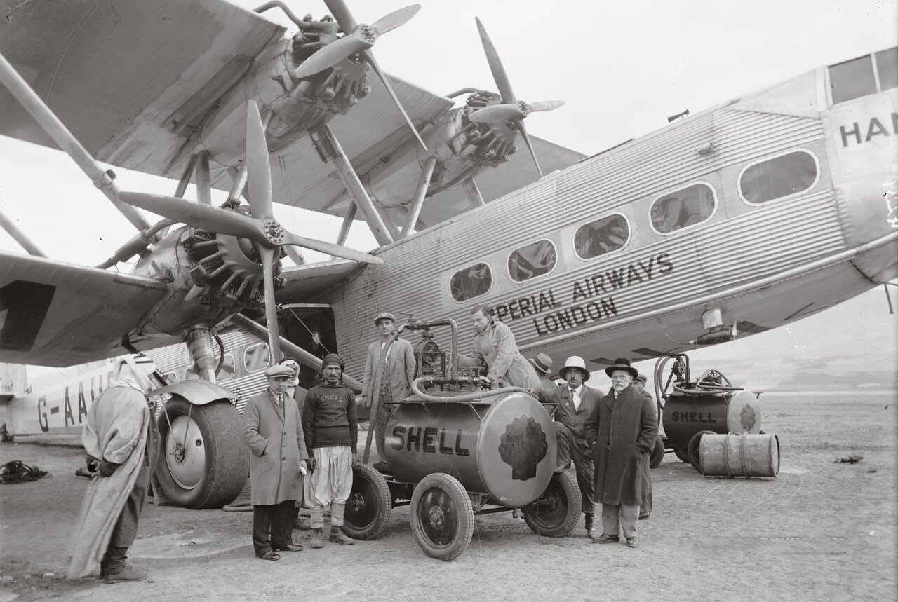 Самолет Imperial Airways Ltd, заправка в Цемахе, Палестина. Октябрь 1931 г.