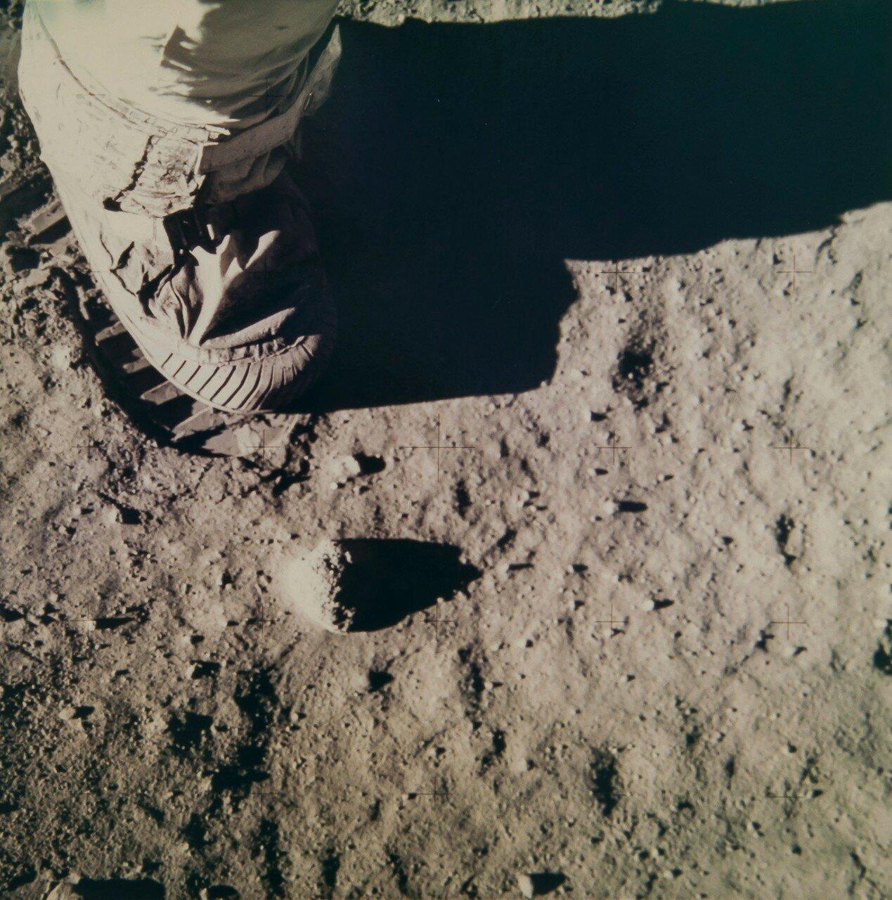 Олдрин приступил к эксперименту по оценке проникновения ботинок скафандров в грунт. На снимке: Базз Олдрин оставляет отпечаток ботинка на поверхности Луны